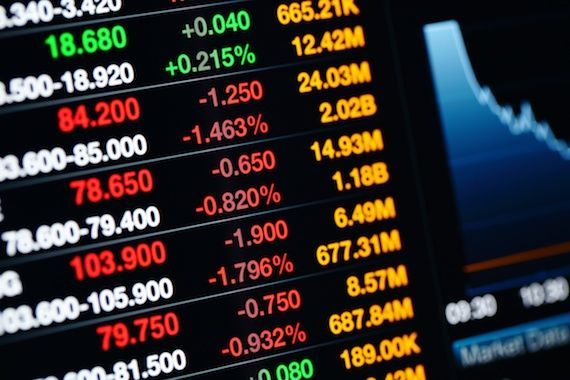 Un écran affiche des données boursières