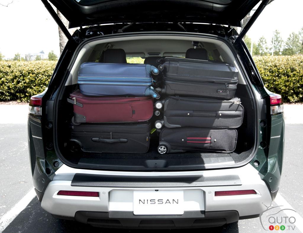 Qu'offre le Nissan Pathfinder 2022 en matière de rangement et chargement?