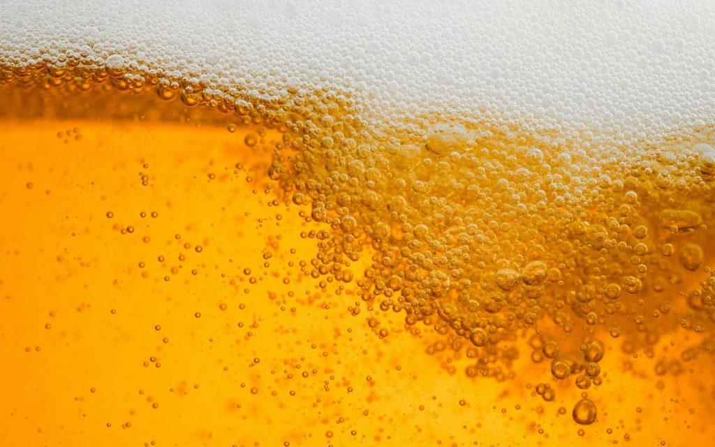Lors de la mise en bouteille, on ajoute du CO2 sous pression dans la bière blonde. © Love the wind, Adobe Stock