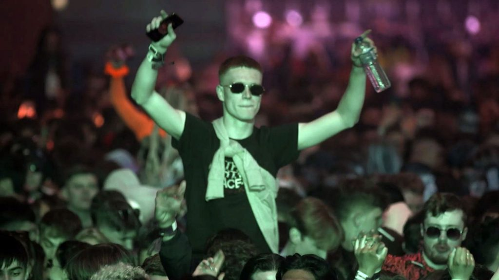 In the United Kingdom, the first test night of a nightclub welcomed 3,000 spectators