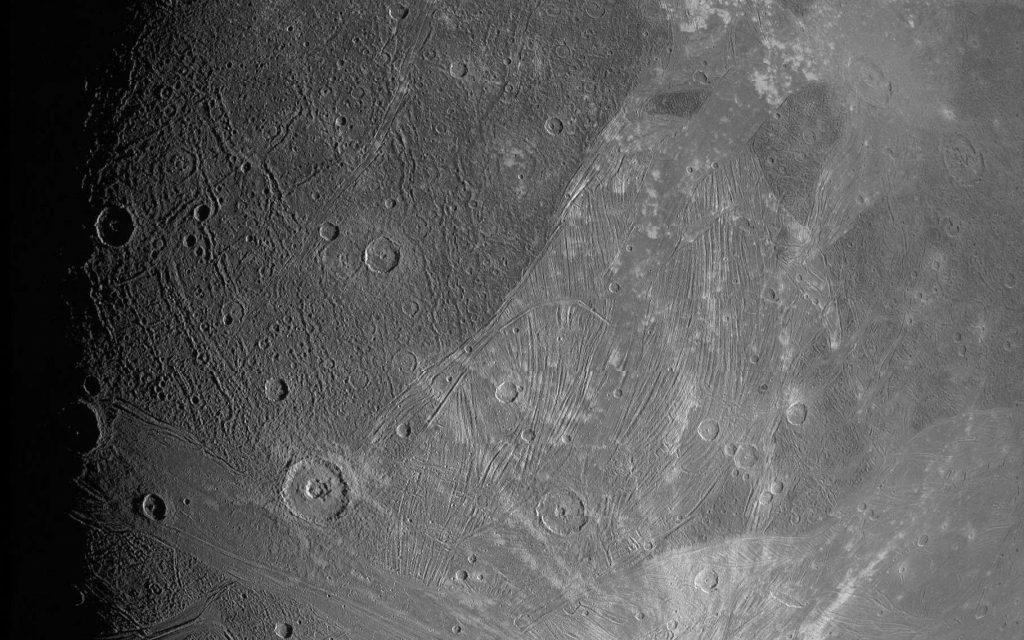 Cette image est l'une des premières renvoyées sur Terre par la mission Juno après son survol rapproché de Ganymède, le 7 juin 2021. © Nasa, JPL-Caltech, SwRI, MSSS