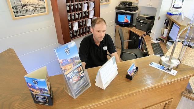 Charlie works as a receptionist at the Hotel-Motel Castel de la Mer in La Malbaie.