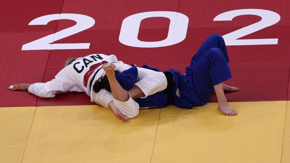 Jessica Klimkitt immobilizes her opponent, Julia Kowalczyk, on the ground.