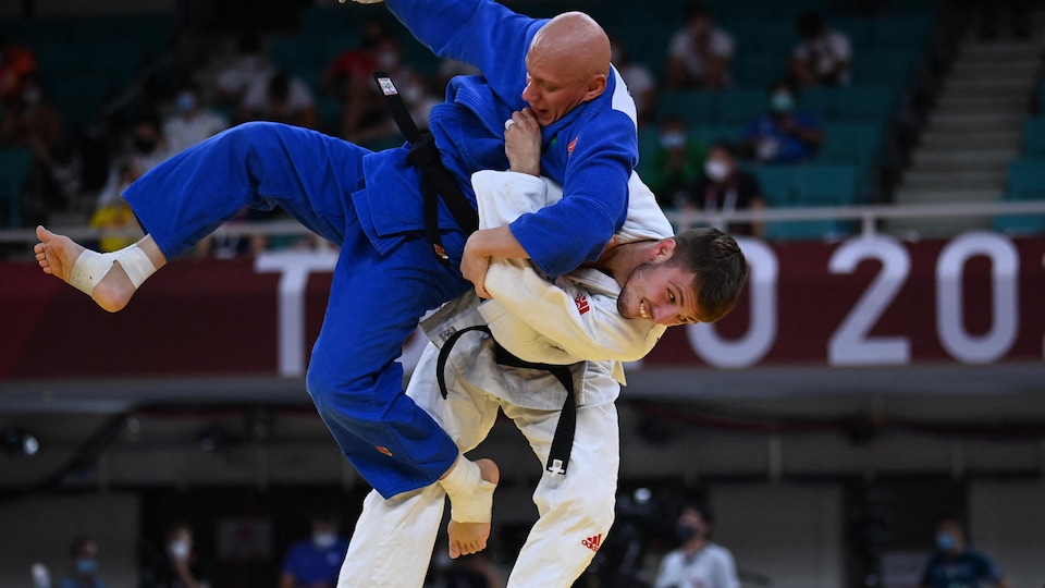 Arthur Marglidon, the dominant, catches him by lifting his Saudi opponent off the ground.