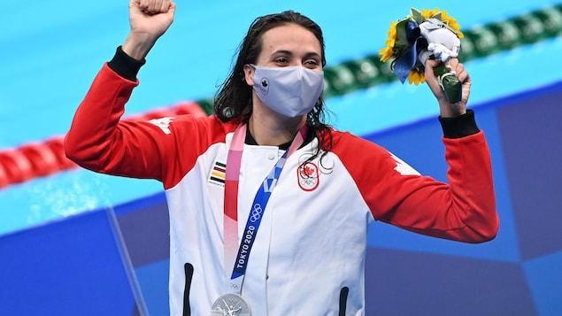 Une jeune femme prend sa respiration pendant une compétition de natation.