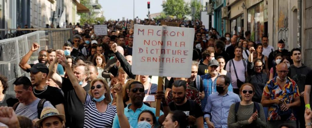 In Paris, anti-vaccination processions and vaccination passport