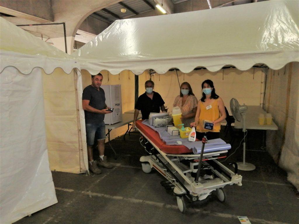Tout juste préparée par les équipes de la mairie et de l'hôpital, cette tente va devenir la zone de préparation des doses de vaccins par les infirmières.