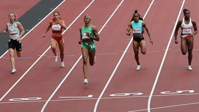 Andre De Grasse dépasse la ligne d'arrivée à la finale du 100 m.