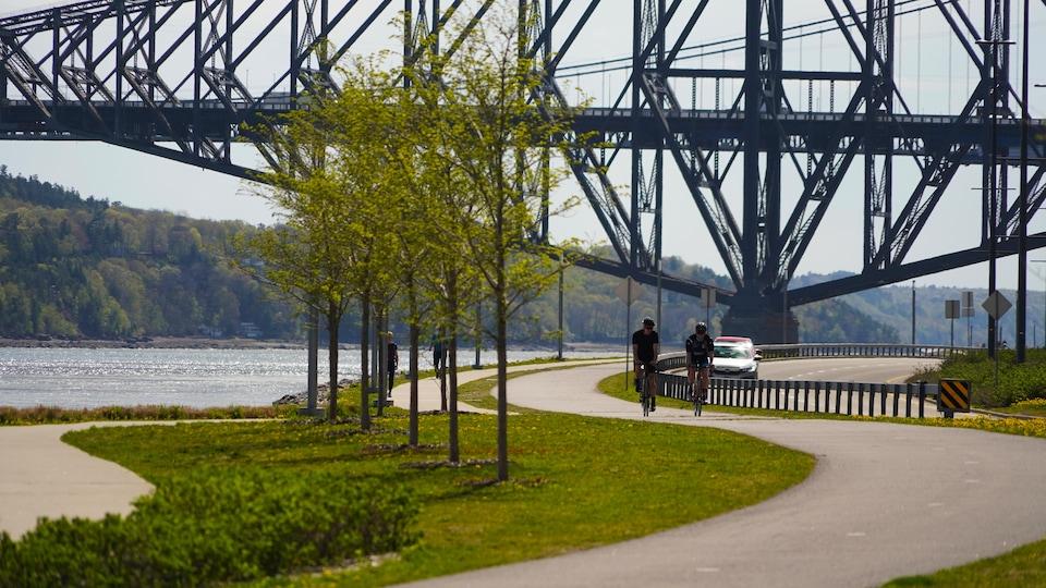Two cyclists on a bike path Samuel-De Champlain promenade.