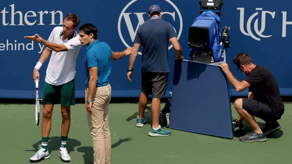 Tennis: Medvedev hits himself with the camera and goes crazy