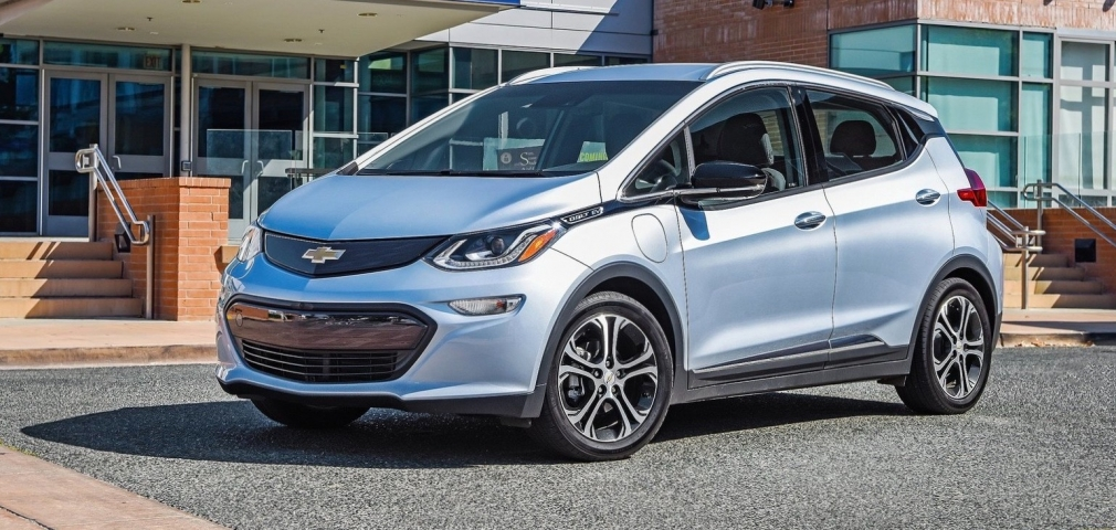 With a new battery, how many kilometers can a 2017 Chevrolet Bolt EV drive?
