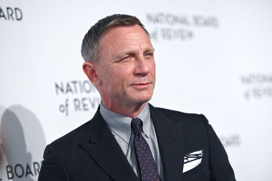 Daniel Craig farewell to the James Bond crew