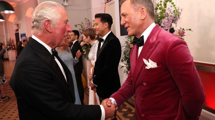 Le prince Charles salue Daniel Craig pour sa dernière prestation dans le costume de James Bond. No Time to die (Mourir peut attendre) démarre sur les chapeaux de roues au Royaume-Uni.