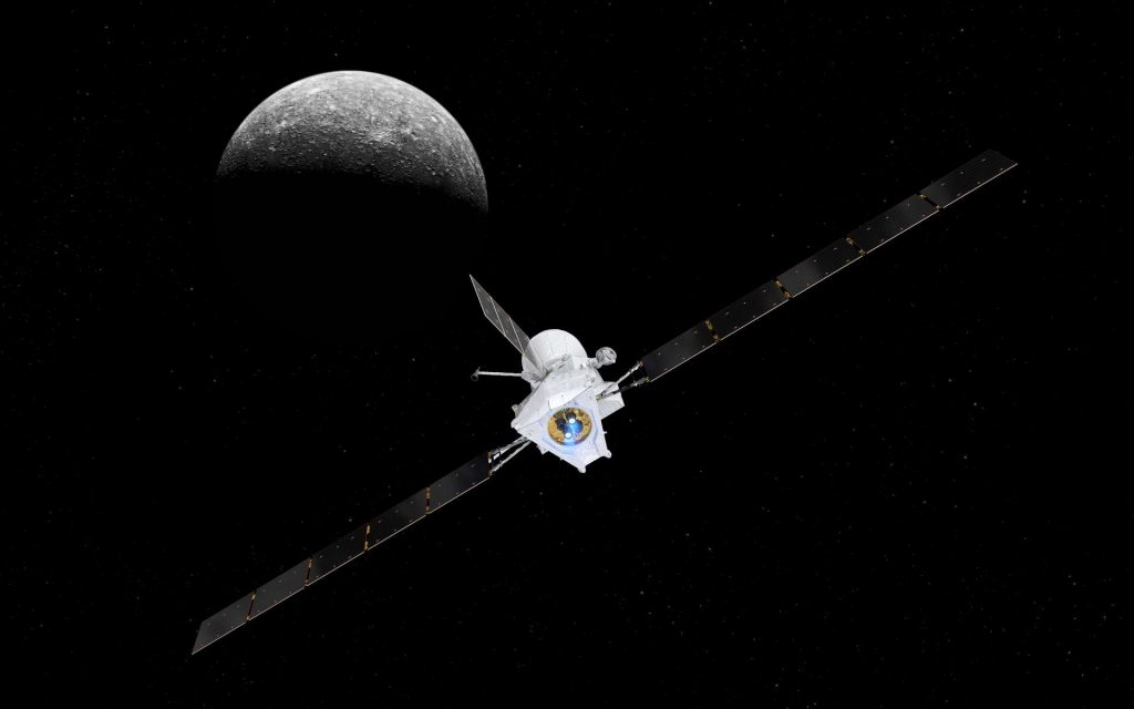 Vue d'artiste de la sonde spatiale BepiColombo s'approchant de la planète Mercure, visible en arrière-plan. L'image de la planète tellurique avait été prise lors de la mission Mariner 10 envoyée par la Nasa en 1973. © ESA, ATG medialab & Nasa/JPL