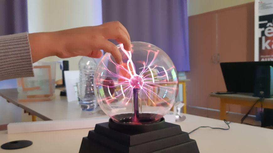 Les écoliers de Vergigny (Yonne) ont expérimenté la lampe à Plasma et apprivoisé ses éclairs.
